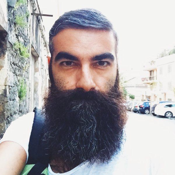 Le azioni difficili da compiere con la barba lunga